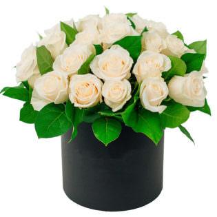 Цветы в коробке «Бежевые розы»
